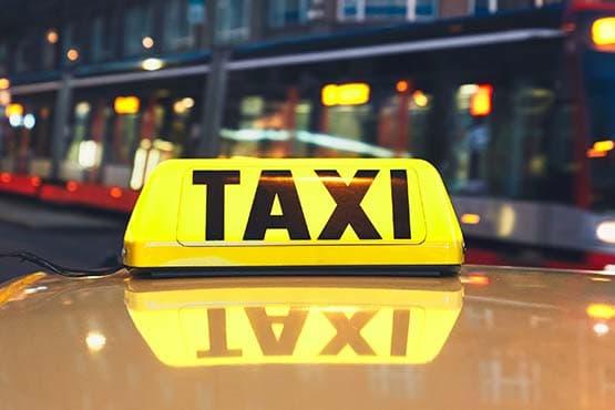 Rejoindre le centre historique d'Istres avec Assistance Alpha Taxi Service